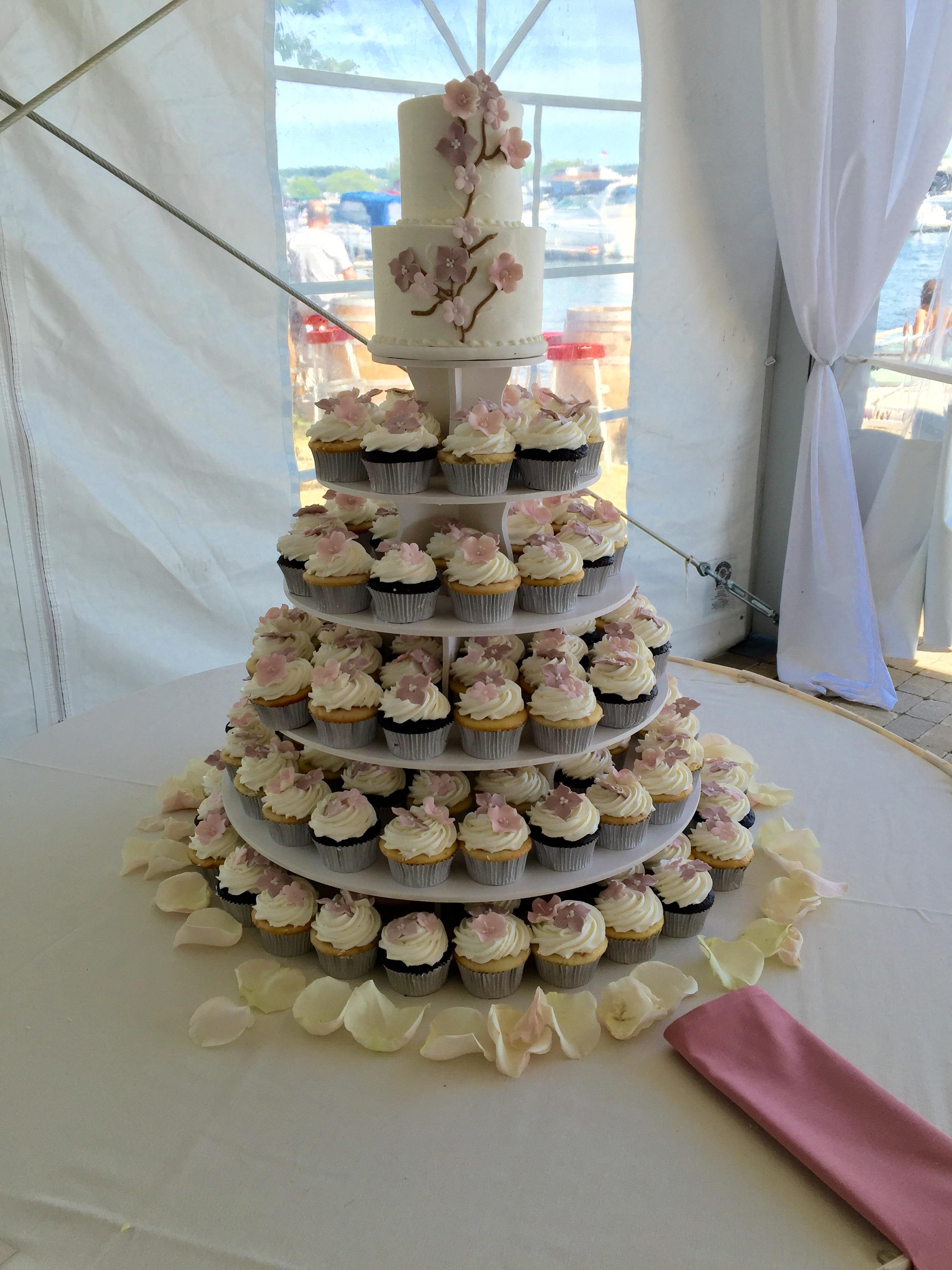 Wedding Cake wCupcakes21 Display