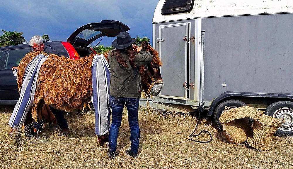 Régis et Fanfan habillent Galopin de ses Traditionnelles Culottes