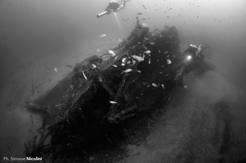 subacquei esplorano la prua del relitto della cassini