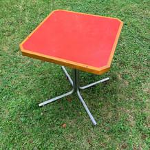 Table de bistrot rouge carré pied métal