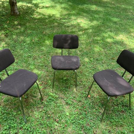 3 chaises tissus pieds métal