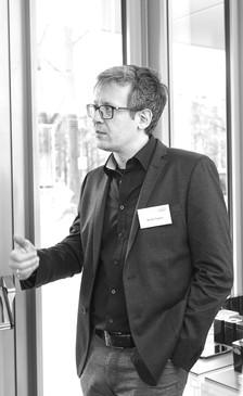 Moritz Segers studierte Architektur und arbeitete anschließend bei Kiessler + Partner Architekten in München. Als Mitbegründer von SEGERS|ZUNHAMER Architekten war er über 10 Jahre lang selbstständig tätig. An der Technischen Universität München (TUM), Lehrstuhl für Industrial Design von Prof. Fritz Frenkler arbeitete er an Projekten, die an der Schnittstelle zwischen Industrial Design und Architektur liegen. Bis Mitte 2019 war Moritz Segers bei f/p design für Architektur und Architekturprodukte verantwortlich und engagiert sich im Institut für Universal Design.