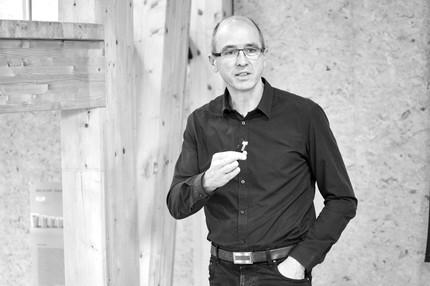 Michael Schlenke hat europaweit in der Möbel- und Einrichtungsindustrie gearbeitet. Für ihn spielen die Gestaltungsprinzipien des Universal Design eine große Rolle bei der Schaffung von lebenslaufbeständigen Produkten und Services. Schlenke gehört zur Babyboomer-Generation und legt besonderen Wert auf die Auswirkungen des demografischen Wandels auf das tägliche Leben. Er ist Mitglied des Universal Design Forum e.V. und internationaler Think Tanks. Als Journalist publiziert er Fachbeiträge zur Zukunft des Wohnens im Alter und hält Vorträge im In- und Ausland.