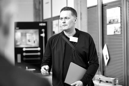 Tim Oelker ist ein Industriedesigner aus Hamburg. Sein Büro entwickelt seit 18 Jahren Produkte und Ausstellungen für nationale und internationale Kunden. Seit über 12 Jahren unterrichtet er zusätzlich Produktdesign an Hochschulen und Akademien in Hamburg, Hannover und Berlin und versucht dabei die Prinzipien der universellen und barrierefreien Gestaltung zu vermitteln. Er wurde 2014 zum Universal-Design-Experten ernannt und ist Mitglied des Universal Design Forum e.V. in Weimar.