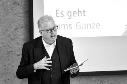 Uni. Prof. Wolfgang Sattler zählt zu den Gründungsvätern des Universal Design, kuratierte die erste Universal Design-Expertenkonferenz in Deutschland, lehrt als Universitätsprofessor an der Bauhaus Universität Weimar, nimmt dort derzeit die Funktion des Dekans wahr und ist seit neun Jahren Mitglied der Universal Design-Jury und dessen Vorsitzender seit 2016. Prof. Sattler initiierte und begleitete Universal Design-Projekte in den Bereichen der Gerontologie und Medizin und nimmt den Jury-Vorsitz der START UP CHALLENGE der ALTENPFLEGE seit sieben Jahren wahr. Nicht zuletzt leitet er ein eigenes Design Büro, ist Vorsitzender des Bauhaus-Transferzentrum DESIGN e.V. in Weimar, Vorsitzender des Universal Design Forum e.V. und Mitglied des Kuratoriums der Ernst Neufert-Stiftung.