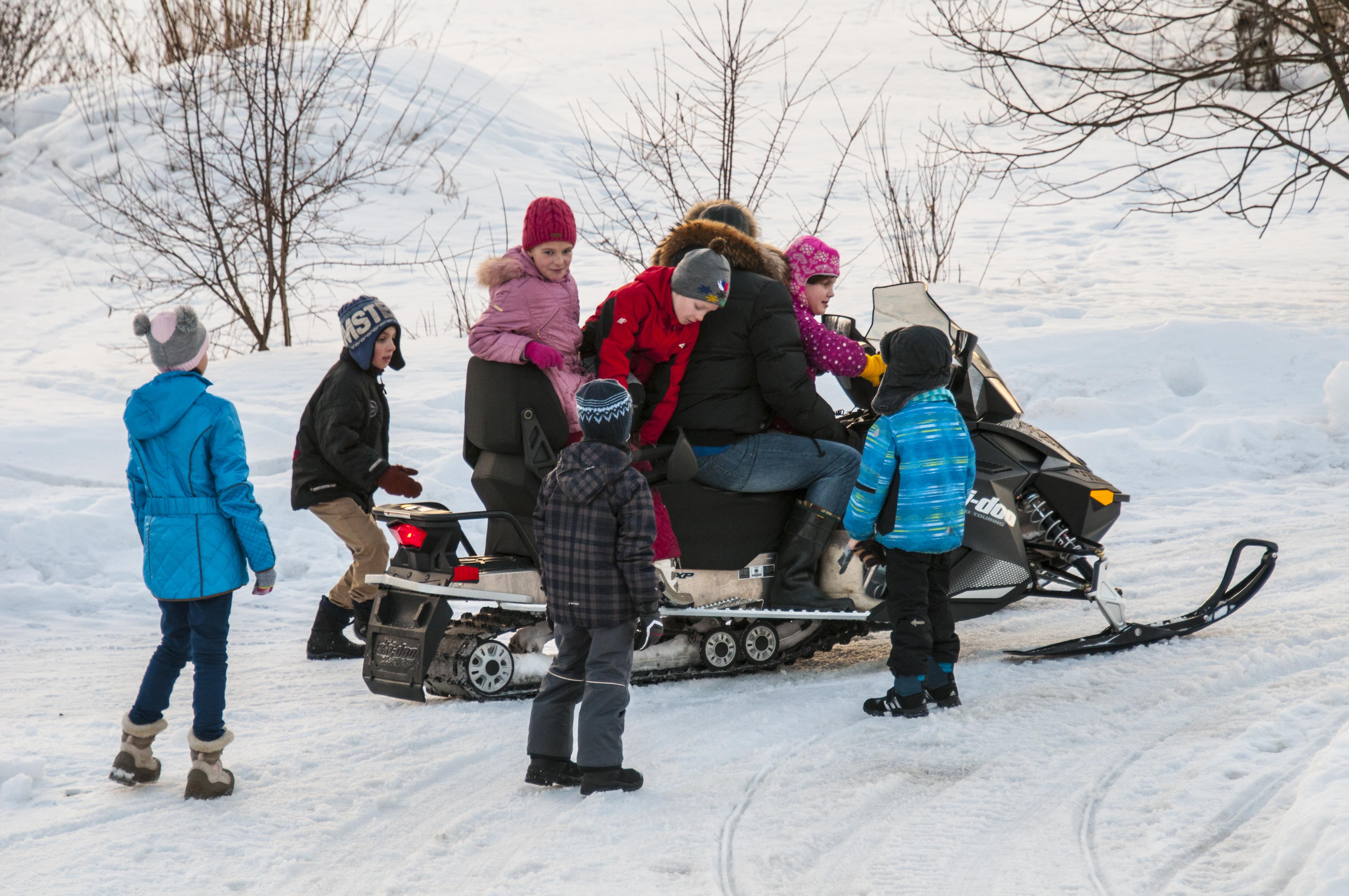 Дети на снегоходе.