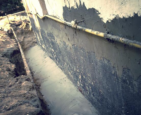 הכנת תשתית לאיטום קירות בגינה