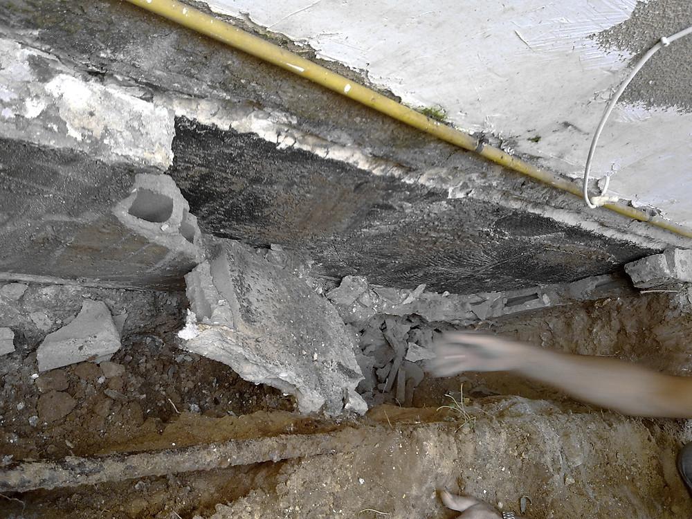 סיתות טיח מתפרק בקיר תת קרקעי