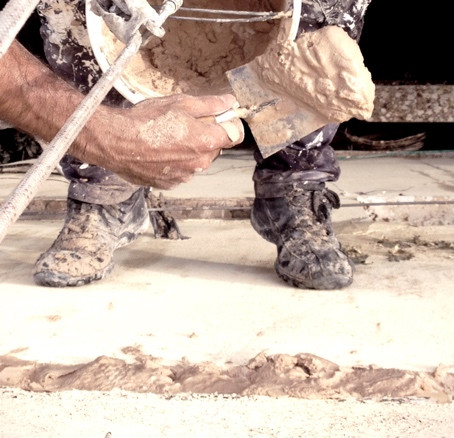 סתימת חורים בקיר חיצוני עם בטון