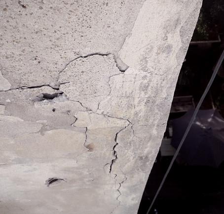 טיח מתפרק בייציקות הבניין עקב חדירת מים לברזלים בייציקות והחלדה