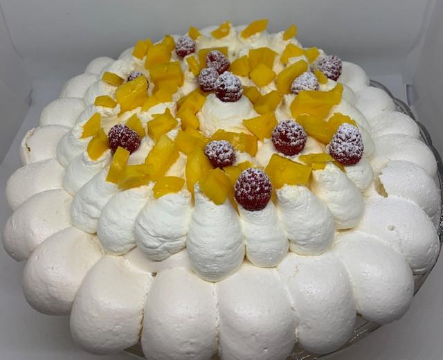 Pavlova, crème fouettée, mangue