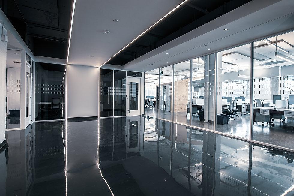 Les cadres d'aluminium blanc Starwall se marie parfaitement avec le plancher noir.