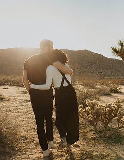 Paar geht umarmend spazieren - edited