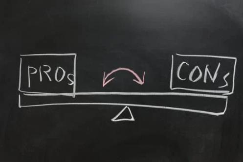 Tafel mit gezeichneter Wage mit PROs und CONTRAs