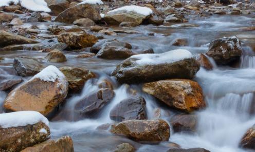 Bachlauf mit vielen großen Steinen