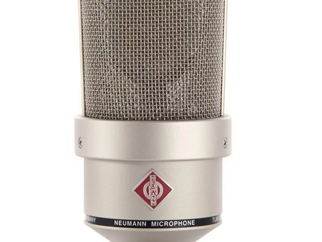 What kind of a microphone do I need when singing on stage?