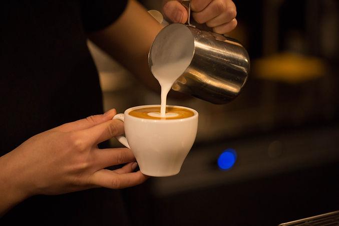 Escuela de Baristas, Escuela de Cafe, Preparando Cappuccinos