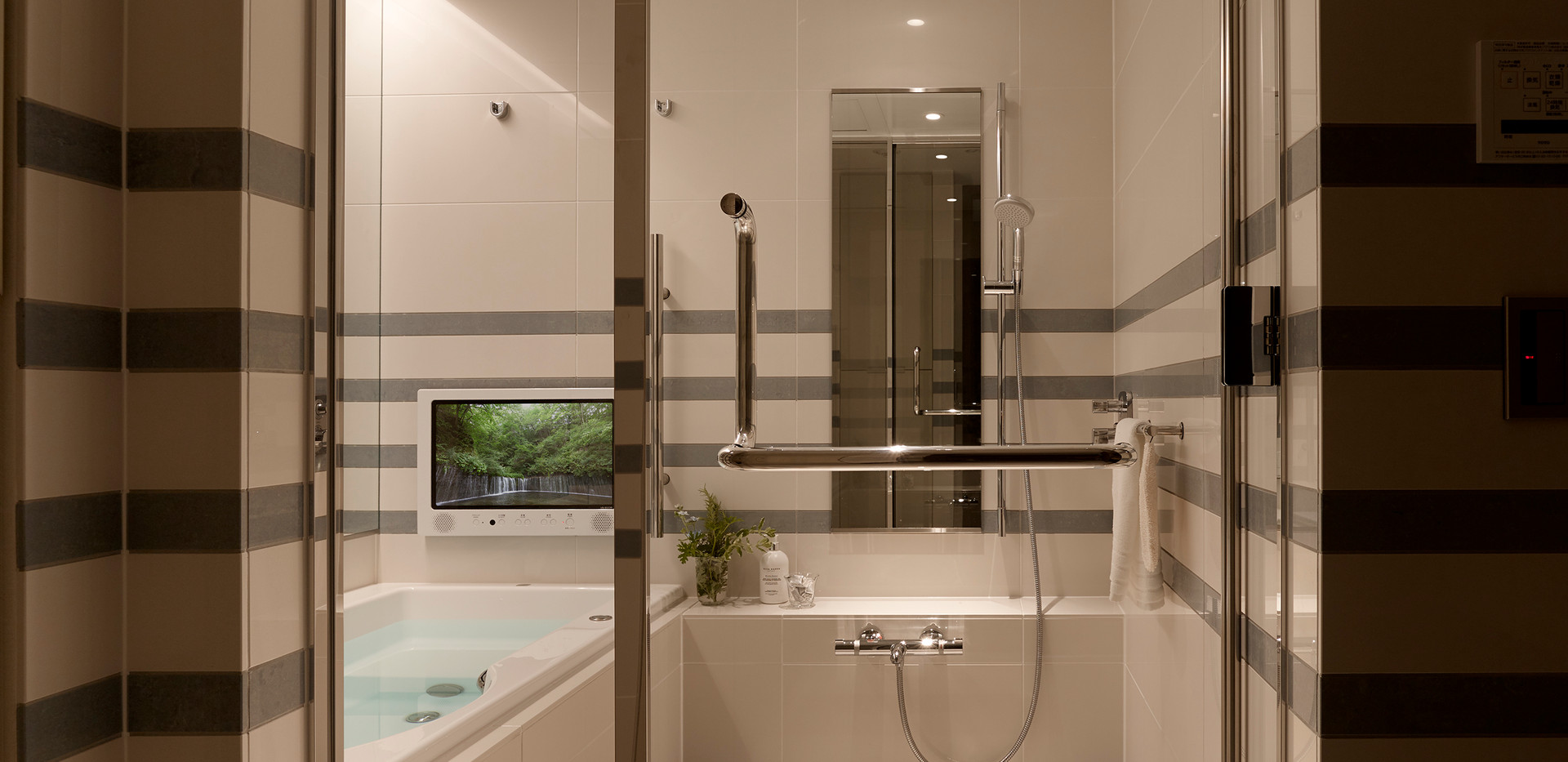 System-bath_Verde_glassdoor.jpg