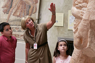 Docent_explaining_sculpture_to_kids-Worc