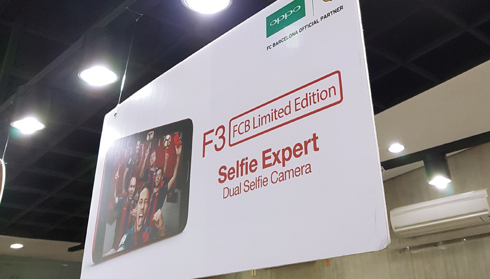 OPPO F3 Hanging Display