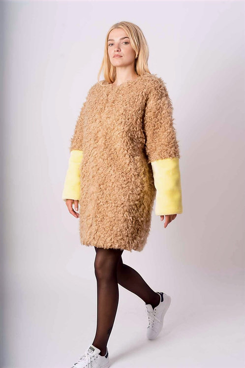 Coat in synthetic fur in Beige/Yellow with- or without hood