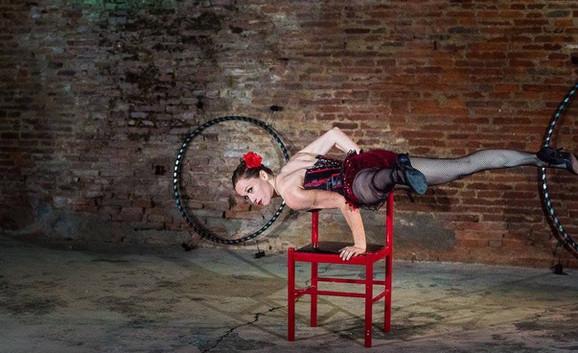 Numéro d'acrobatie sur chaise