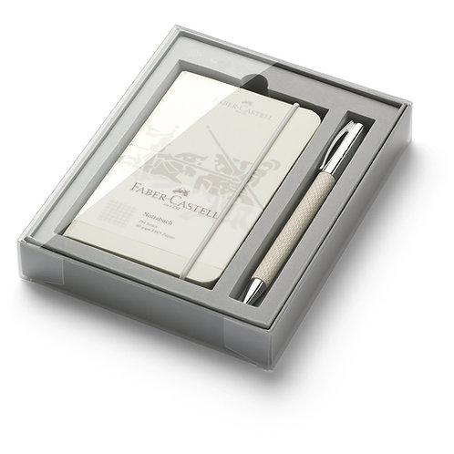 Kuglepen med dejemekanisme og lille notesbog med tern