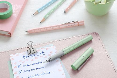 Kuglepen og fyldepen i fine pastelfarver. Gavesæt