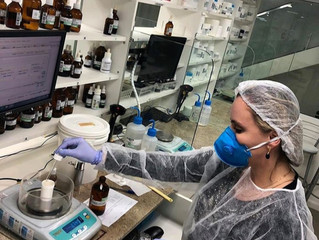 Dra Gabrielle acompanha processo de produção dos produtos manipulados