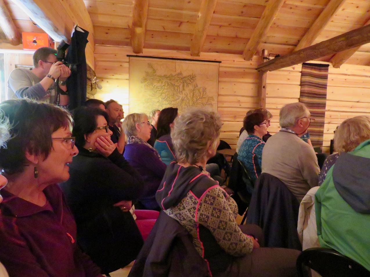 Publikum i scenerommet fra siden