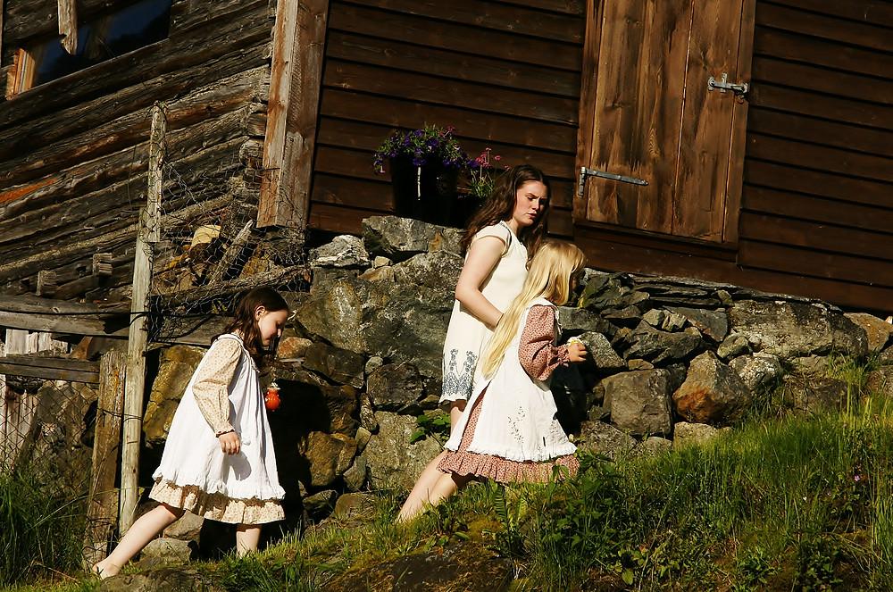 F.v.: Thea, Johanne og Live på vei til Bui.