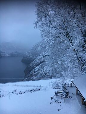 Grindbygg,_fjord_og_tåke,_vinter.jpg