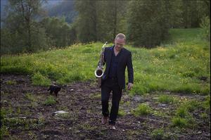 Karl Seglem med katt. Foto O. Apneseth