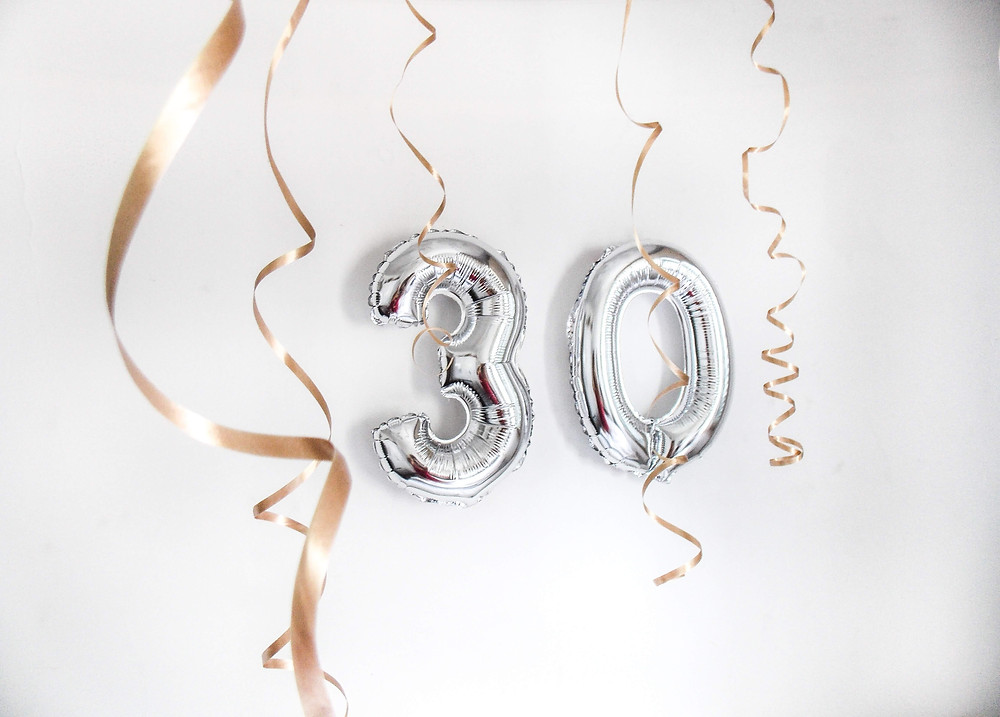 Silver birthday balloons for 30th birthday and streamers