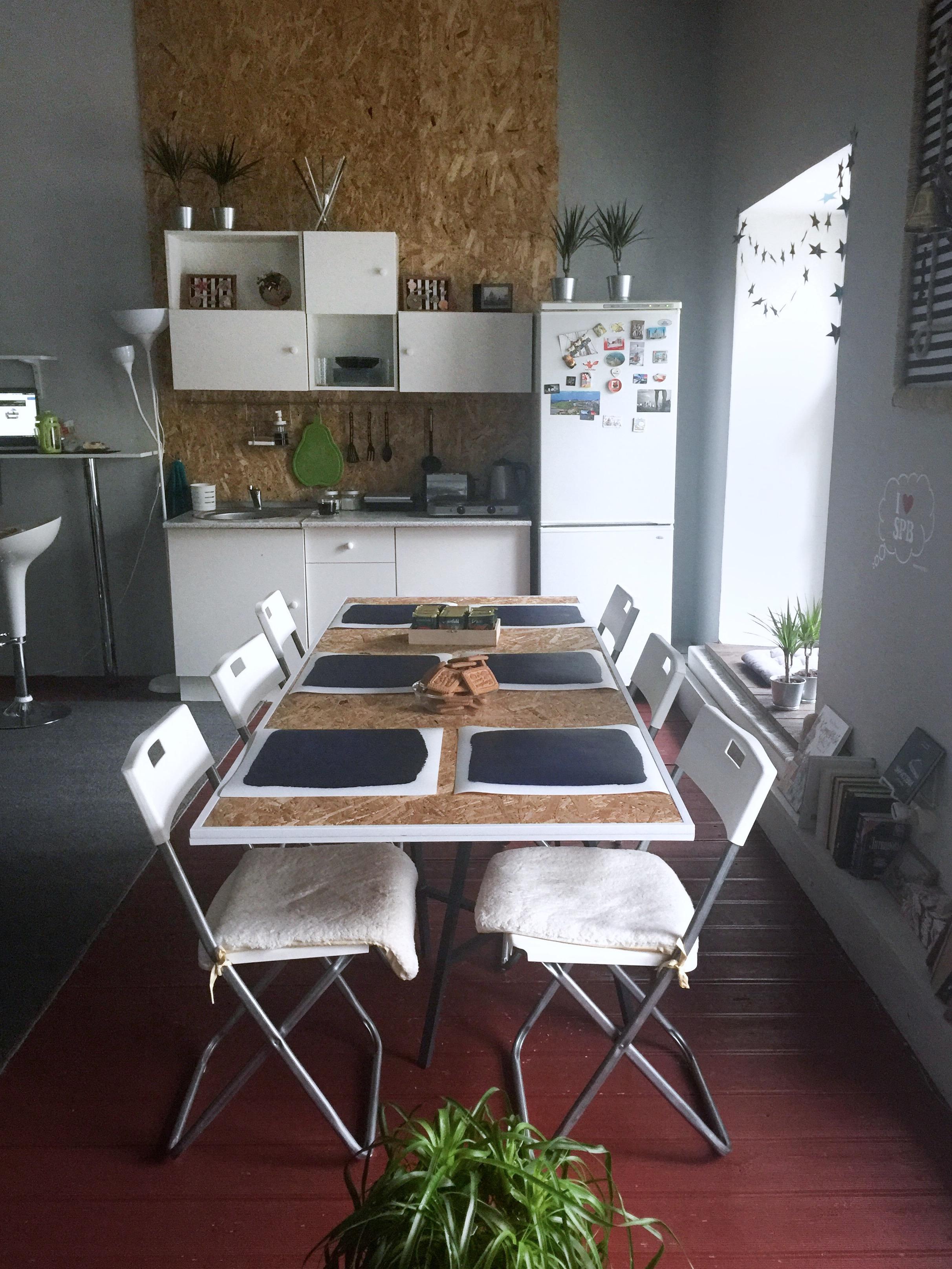 Большой стол и кухня