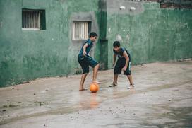 Kinder spielen in Kuba