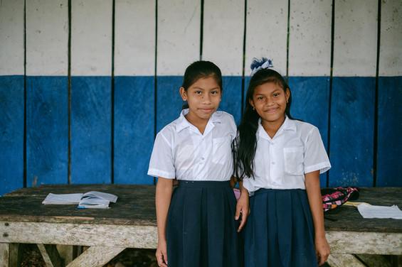 Junge Schülerinnen in Panama