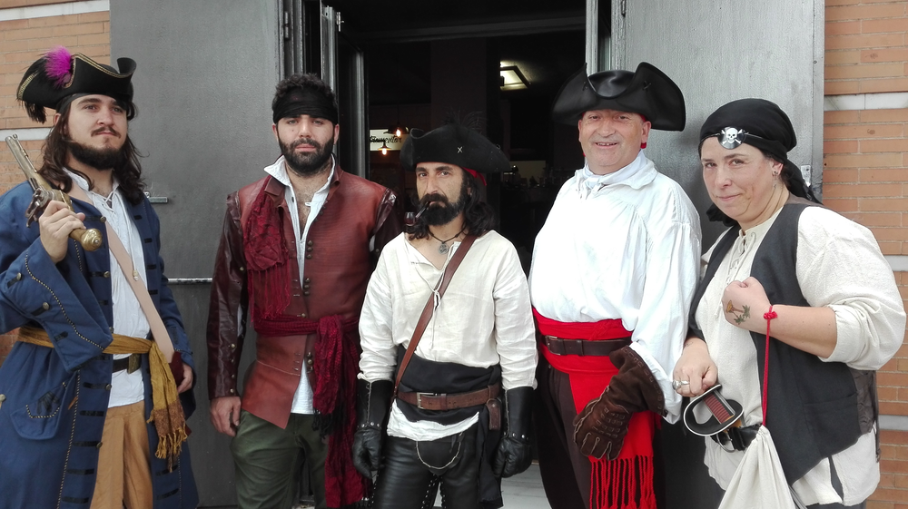 participantes de una cena pirata de Cluedo Sevilla disfrazados