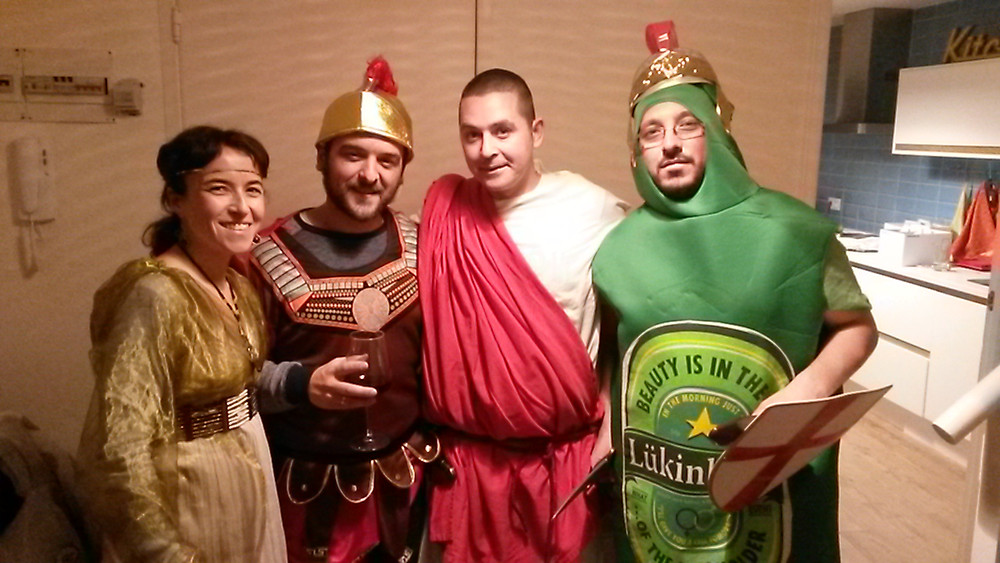 Participantes caracterizados en cena con asesinato romana de Cluedo Sevilla