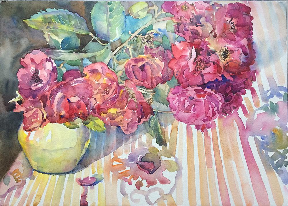 Малиновые розы на полосатой скатерти