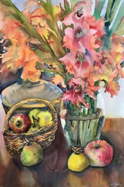 Гладиолусы и фрукты