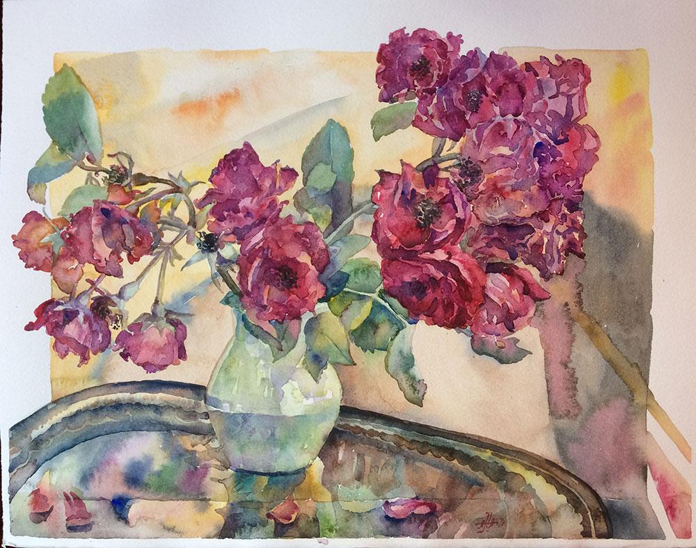 Бордовые розы на подносе