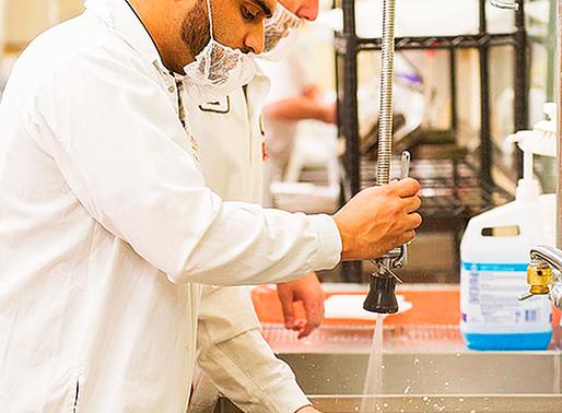Enfoque de limpieza y sanitización en plantas de producción de alimentos y de empaque primario