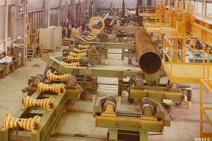 Pipe transport system with cross conveyor and length conveyor, turning roll units and external clamp