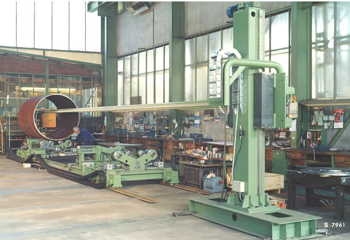 Carriage for the loading of pipe into the internal welding