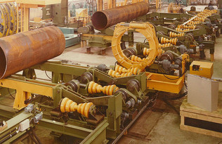 Pipe transport system with cross conveyor and length conveyor, turning roll units and external clamping rings
