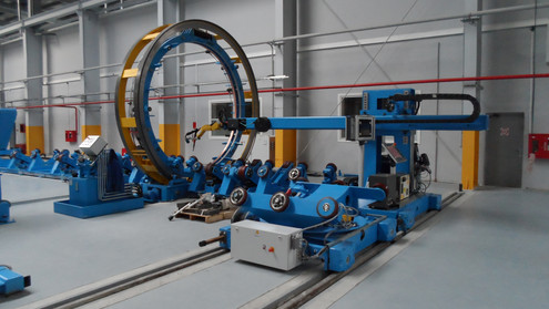 Column & boom for internal welding of tanks equipped with a welding robot