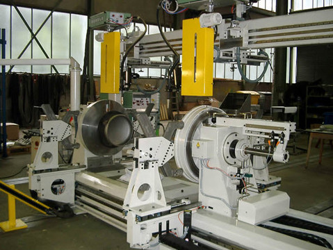 The scope encompasses further special circumferential seam welding machines for small vessels, including the corresponding loading and pressing fixtures. Two welding torches are installed on the welding gantry to enable the simultaneous welding of two circumferential seams.