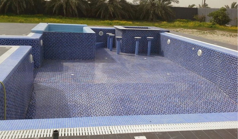 pool with jaccuzi and bar kuwait.jpg