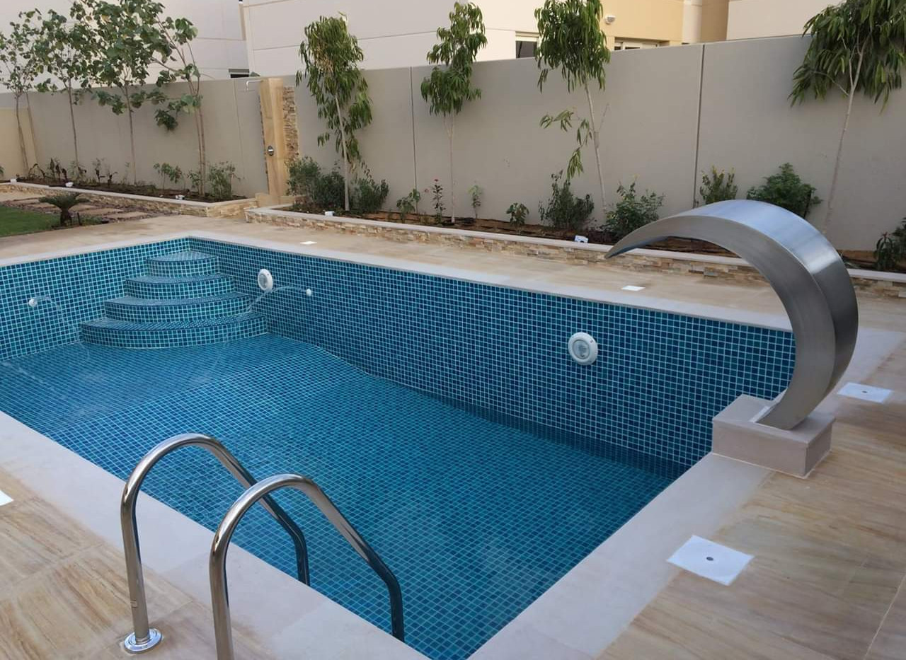 pool with waterfall nozzle.JPG